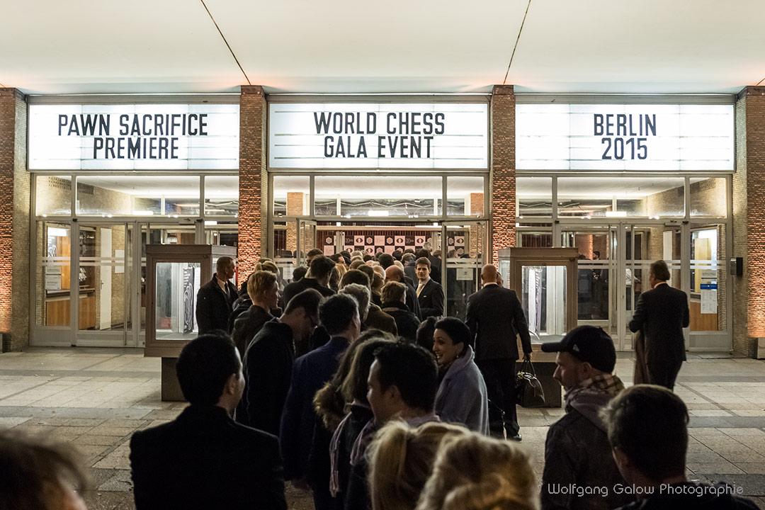 Ein Foto einer langen Menschenschlange vor dem Kino International in Berlin
