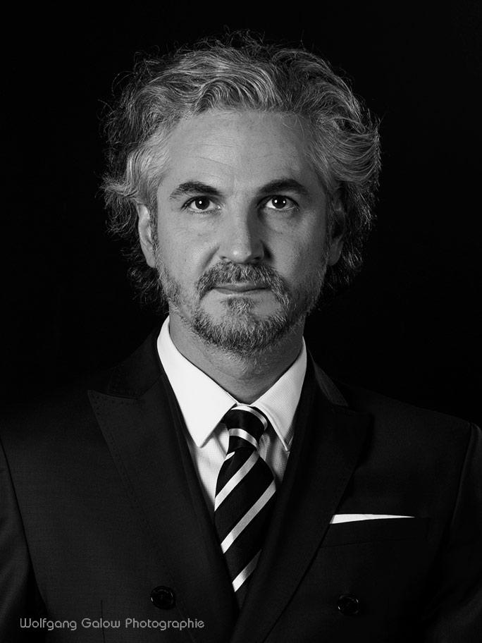 Portraitfoto eines Mannes in in veredeltem Schwarz-Weiß