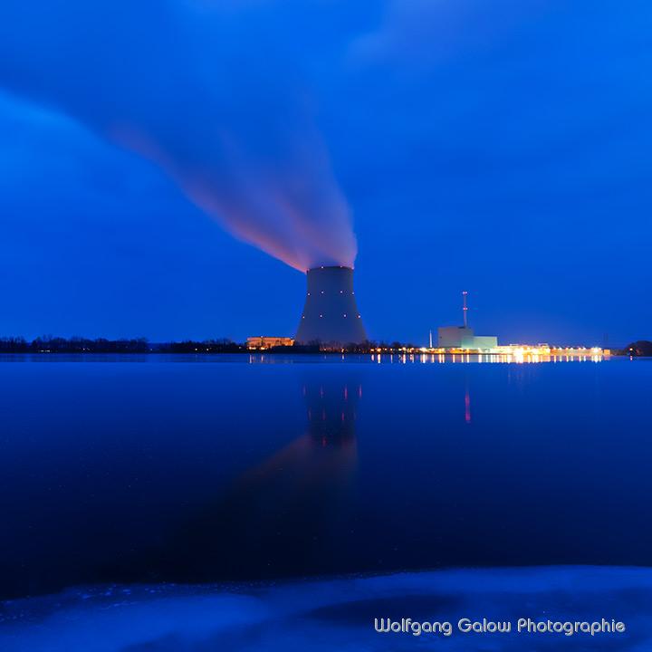 Farbfoto im quadratischen Format: Nachtaufnahme mit Langzeitbelichtung der Kühlturm mit den schräg aufsteigenden Kühlungsdunst